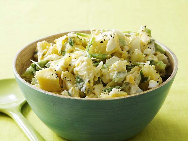 Fast Summer Picnic Meals pasta salad potato salad fried chicken sandwiches outdoors bbq peas radish9