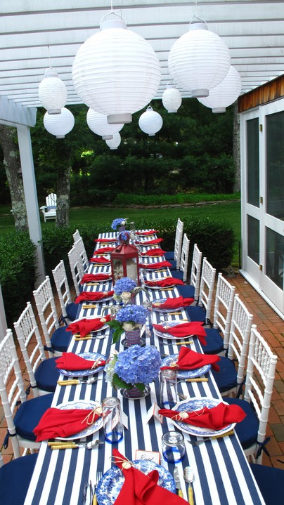 Get Inspired- Take a Look at These 10 Patriotic Outdoor Tables lantered checkered plaid navy napkins rustic diy easy budget5