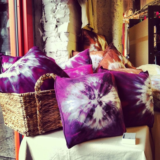 Make Your Own Pretty Tie Dye Pillows It S So Easy And