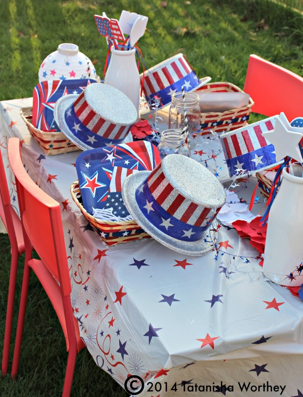 Get Inspired- Take a Look at These 10 Patriotic Outdoor Tables lantered checkered plaid navy napkins rustic diy easy budget7