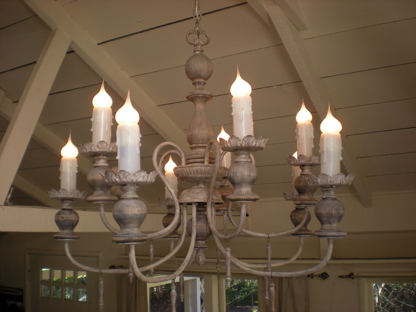 DIY: Make This Gorgeous Old World Lamp! spray paint antique thirft store budget10