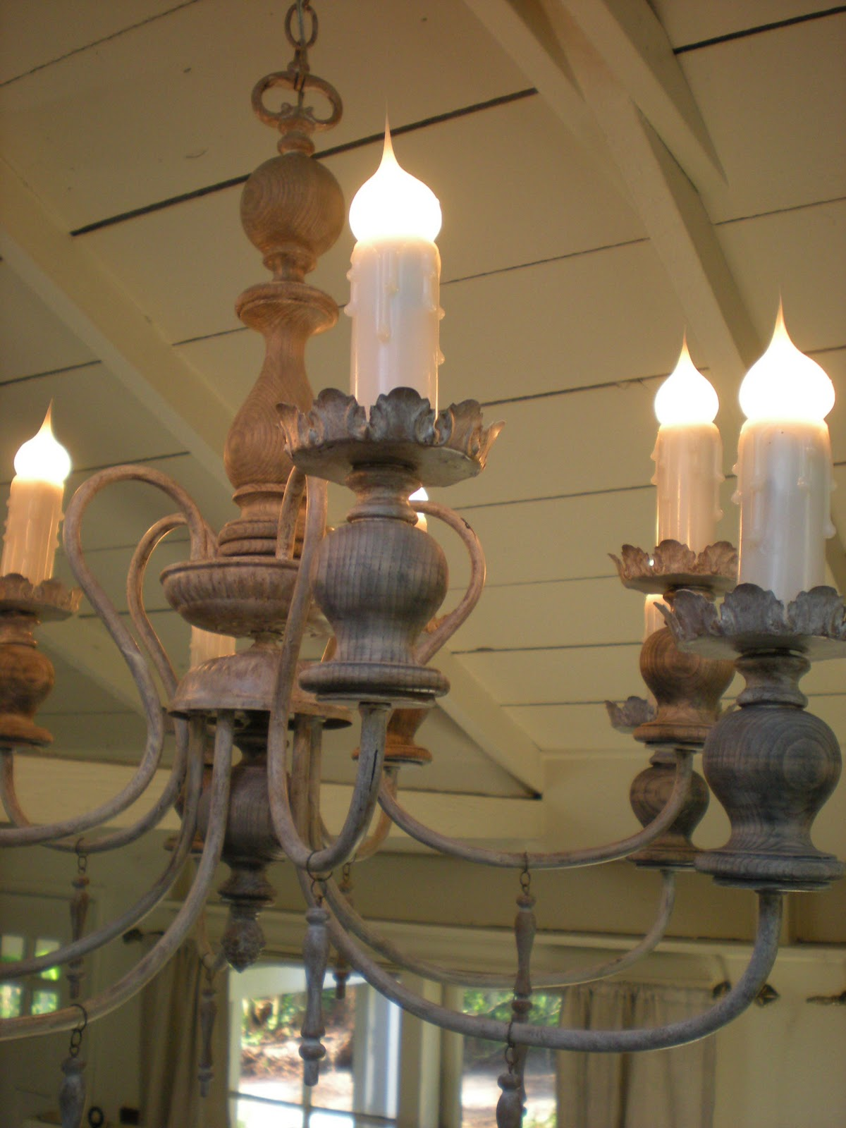 DIY: Make This Gorgeous Old World Lamp! spray paint antique thirft store budget9