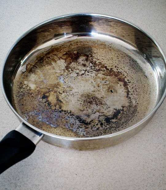 The Easy Way to Clean Burnt Pots and Pans Without Scrubbing! baking soda vinegar hydrogen peroxide1