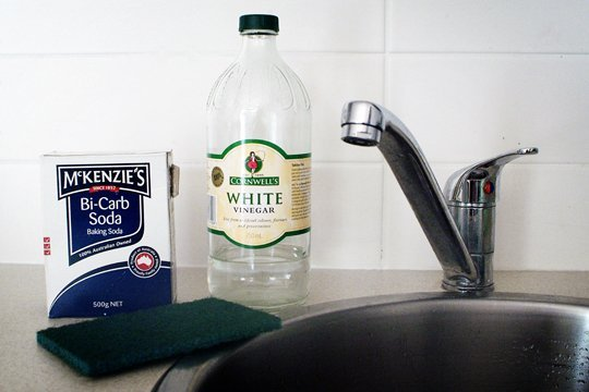 The Easy Way to Clean Burnt Pots and Pans Without Scrubbing! baking soda vinegar hydrogen peroxide2