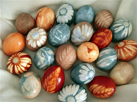 How to Decorate Easter Eggs Using Herbs and All-Natural Vegetable Dyes!1