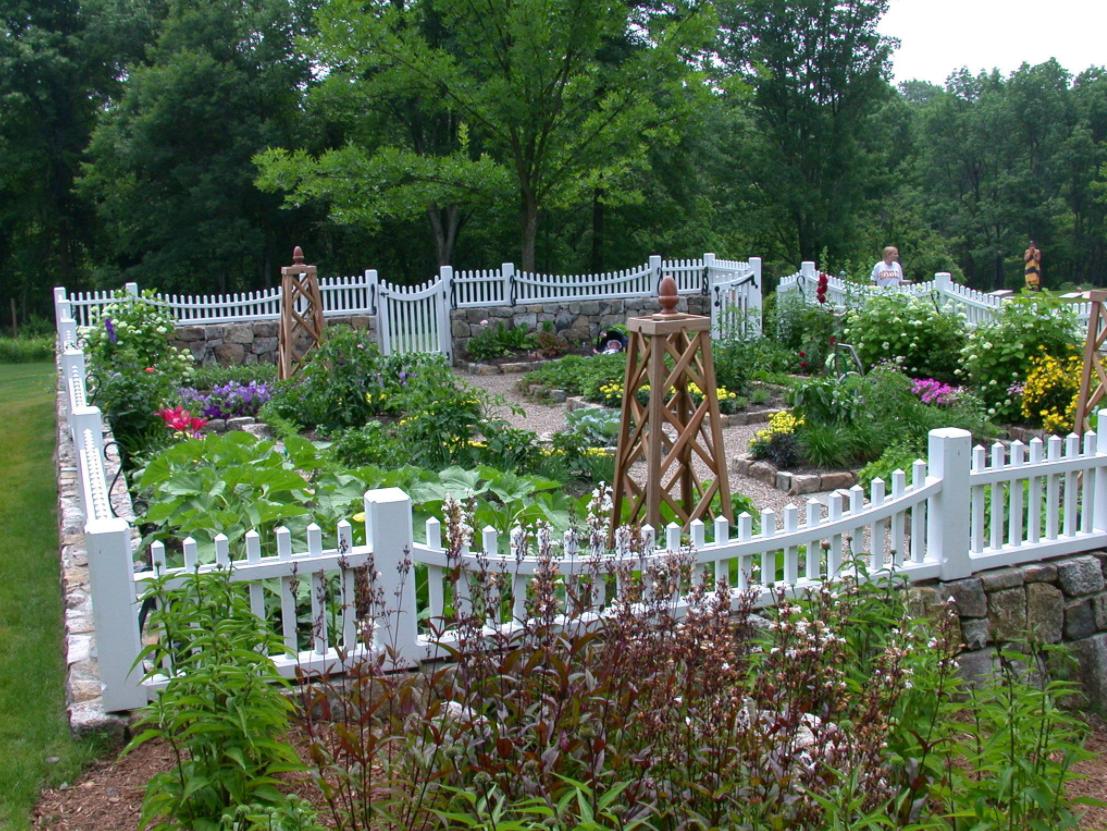 cute-fenced-backyard-garden-idea-keep-animals-out